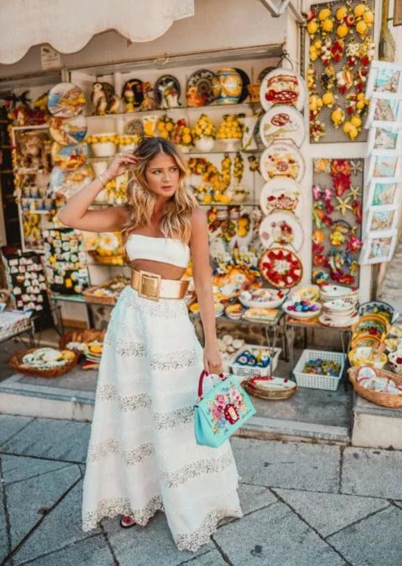 Девушка в белой юбке макси с поясом и кроп топ