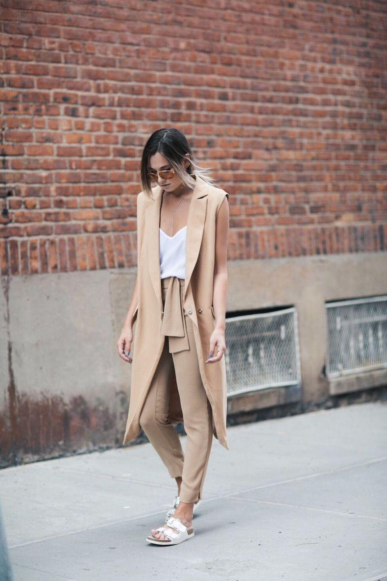 Девушка в бежевых брюках, белый топ и бежевый удлиненный жакет
