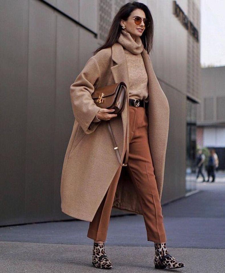 Девушка в бежевых брюках, водолазка и пальто кэмел