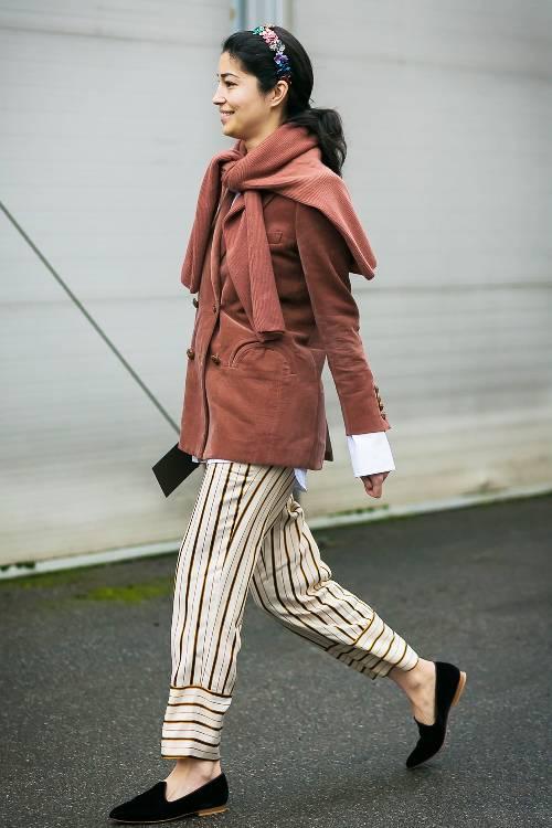 Девушка в брюках в полоску, жакет и свитер