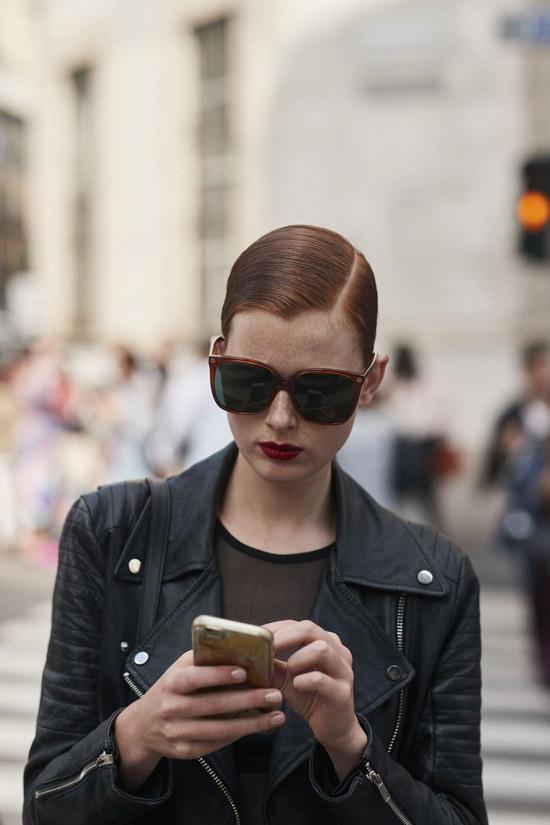 Девушка в черной куртке косухе и больших солнцезащитных очках