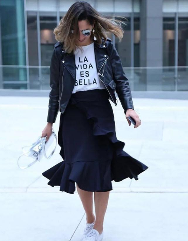 Девушка в черной юбке миди с воланами, белая футболка и косуха