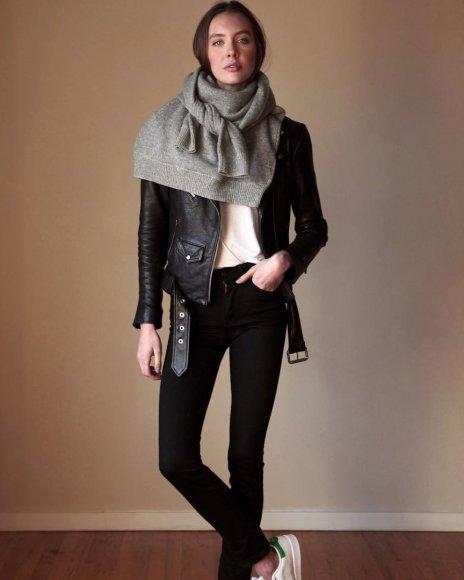 Девушка в черных скинни, куртка косуха и серый свитер