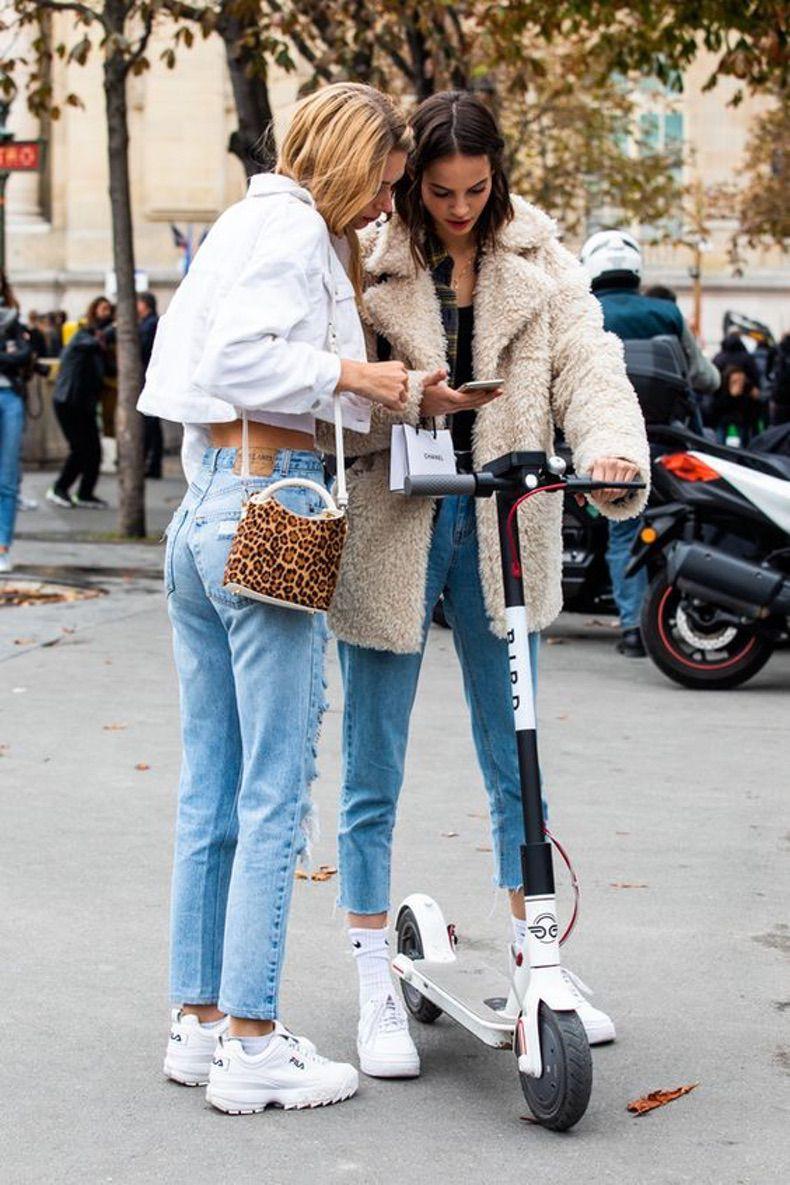 Девушка в джинсах и белых кроссовках