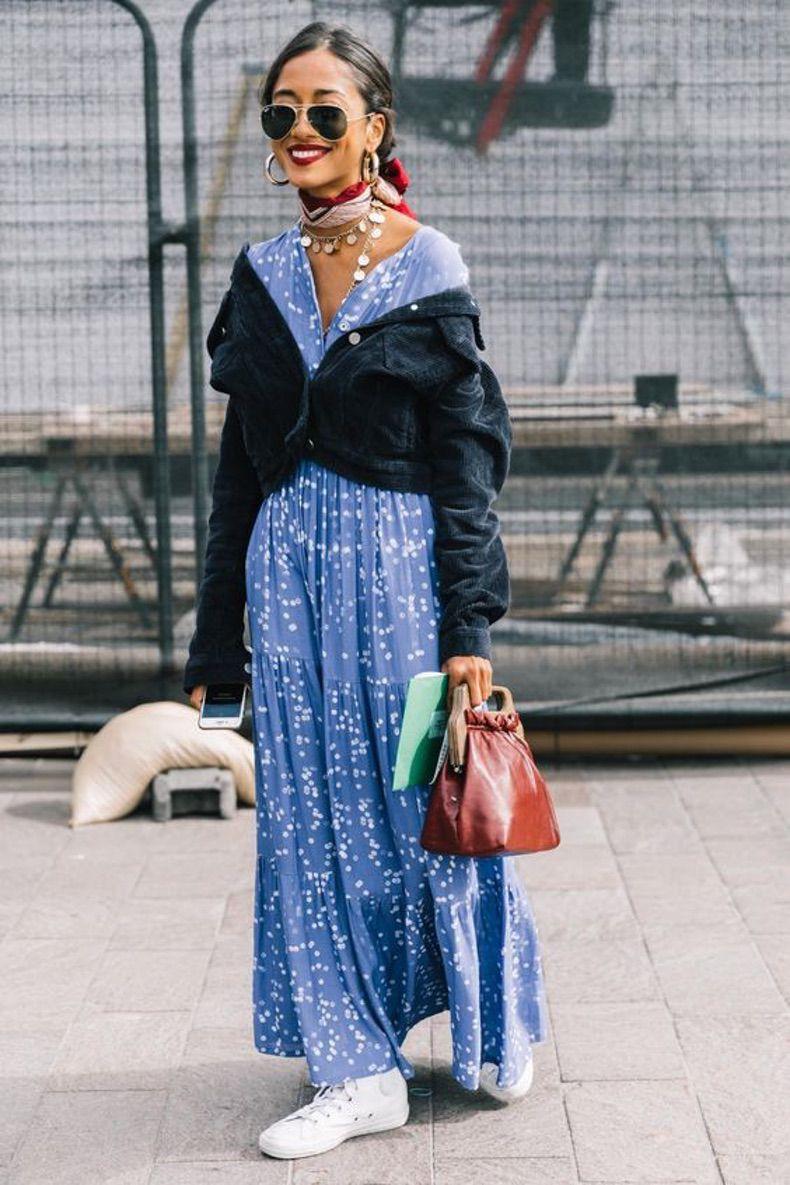Девушка в голубом платье макси и черном бомбере