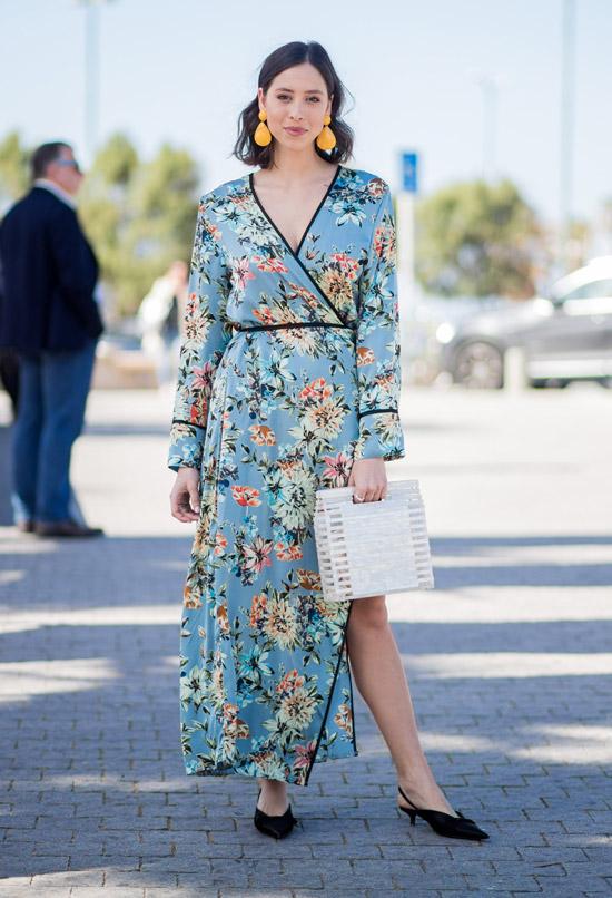 Девушка в голубом платье макси с цветочным принтом, черные туфли
