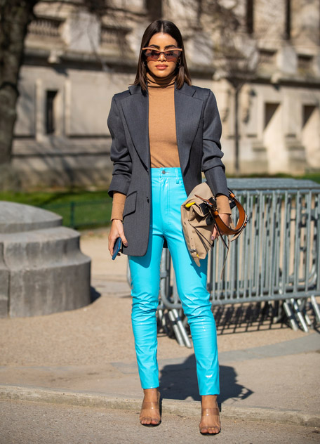 Девушка в голубых кожаных штанах, коричневая водолазка и черный пиджак