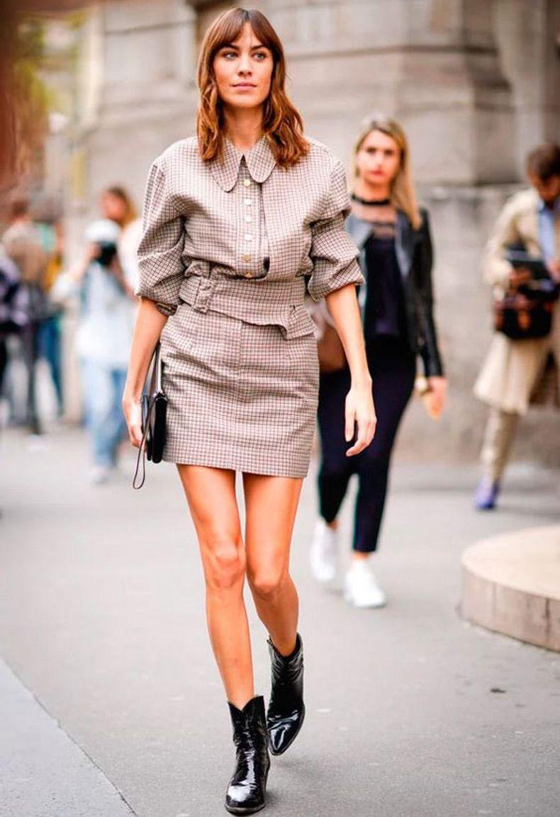 Девушка в костюме с мини юбкой и лакированных ботильонах