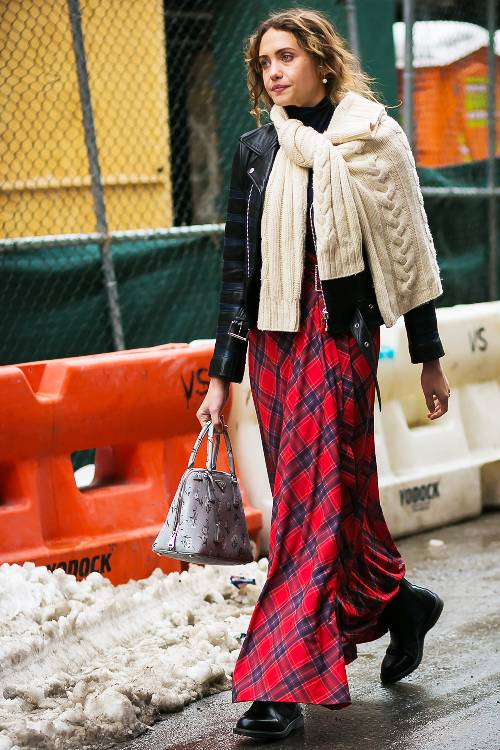 Девушка в красной юбке макси, куртка косуха и светлый джемпер