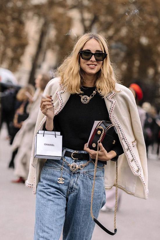Девушка в мом джинсах с ремнем, черный джемпер и жакет