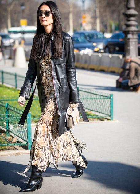 Девушка в платье со змеинным принтом и кожаная куртка