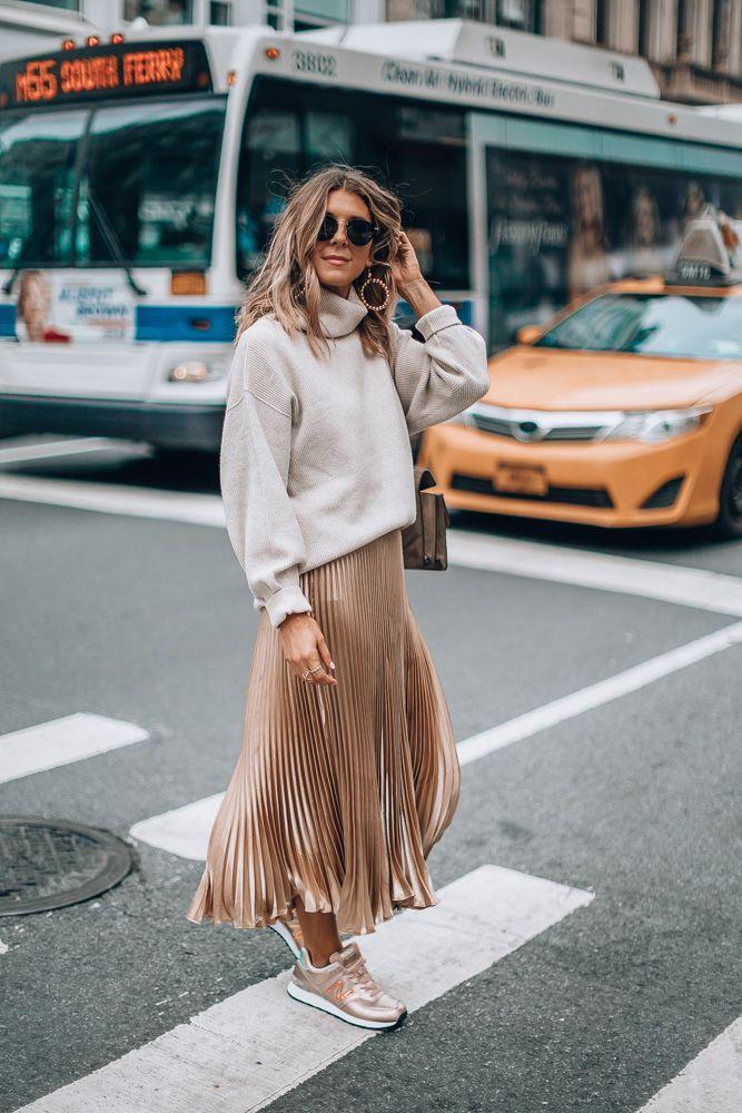 Девушка в плиссированной юбке, бежевый ситер и кроссовки