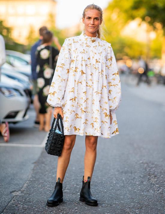 Девушка в просторном платье с длинными рукавами, черные ботинки