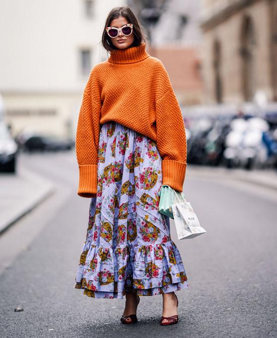 Девушка в пышной юбке с принтом и оранжевый свитер оверсайз