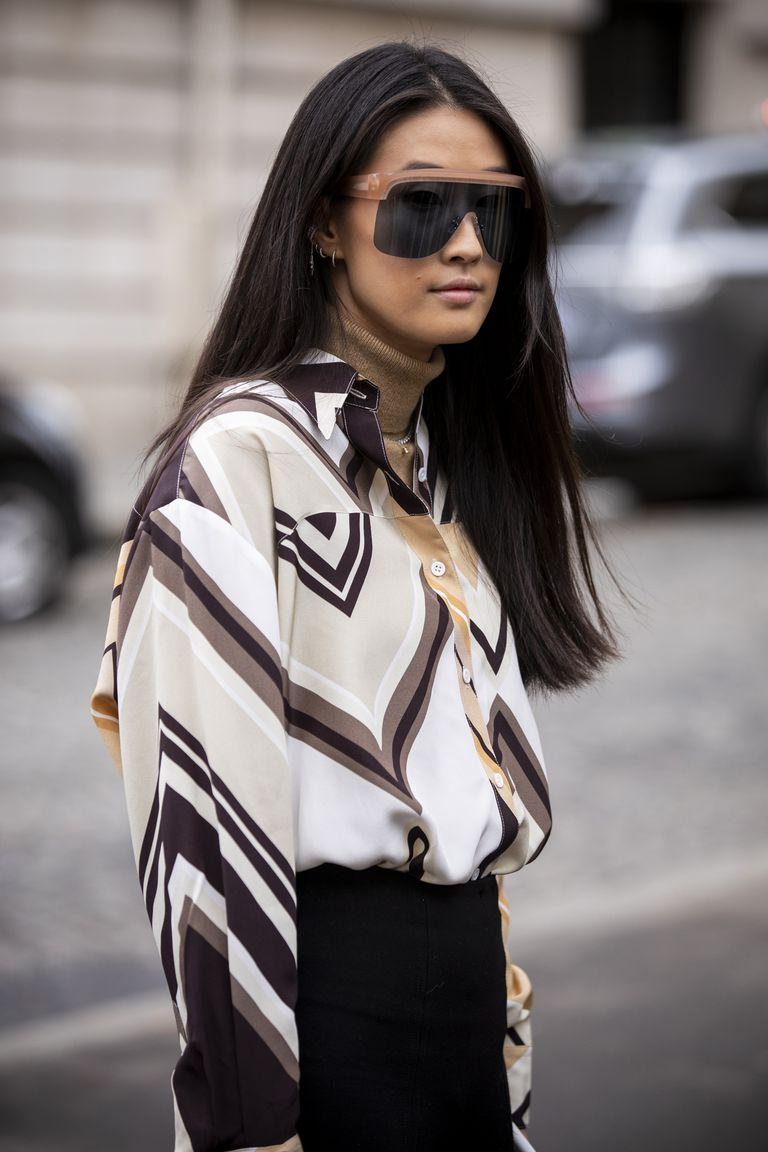Девушка в рубашке с коричневыми узорами