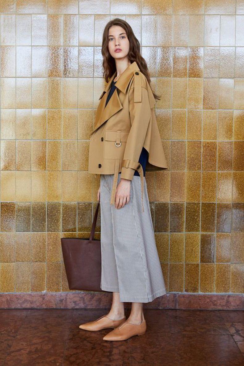 Девушка в серых брюках кюлотах и бежевой куртке