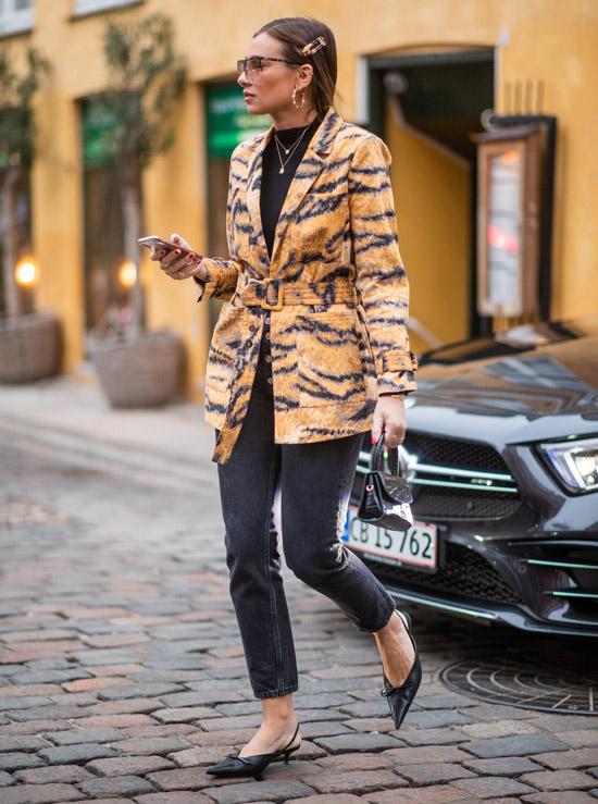 Девушка в серых динсах, жакет с тигровым принтом, черные туфли