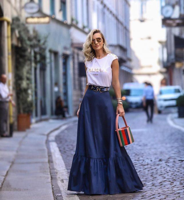 Девушка в синей юбке макси и белая футболка