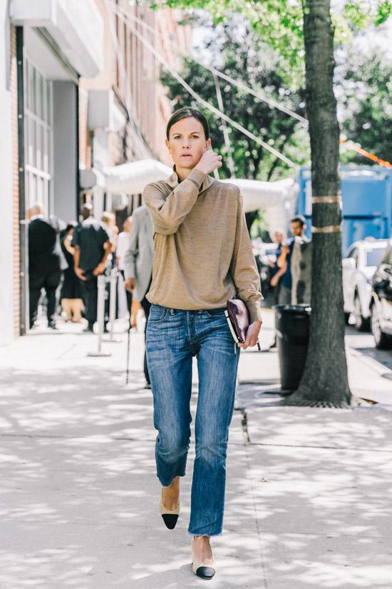 Девушка в синих джинсах и бежевый джемпер