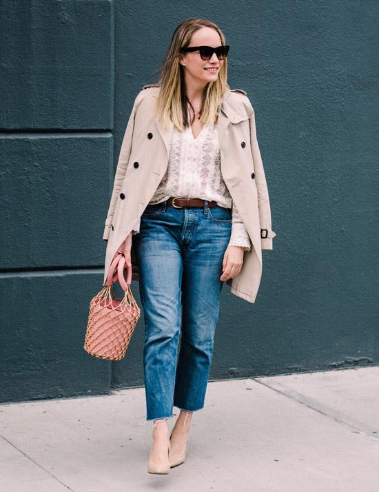 Девушка в укороченных джинсах с ремнем, тренч и бежевые туфли