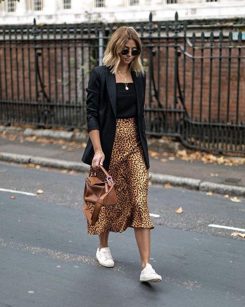 Девушка в юбке миди с леопардовым принтом, черный топ и блейзер