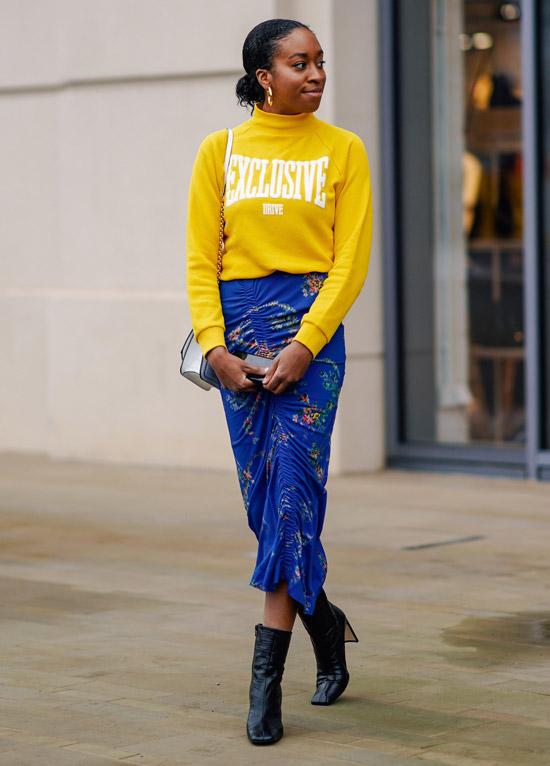 Девушка в желтой водолазке, синяя облегающая юбка и черные ботильоны