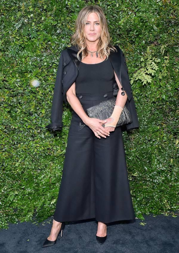 Дженнифер Енистон в черных широких брюках, топ и жакет