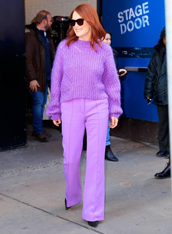 Джулианна Мур в фиолтовом свитере и брюках