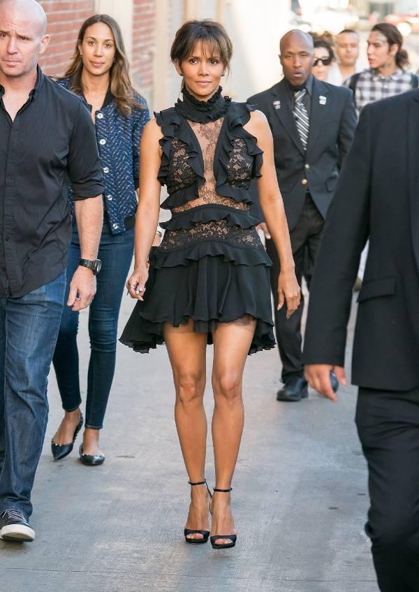 Хелли Берри в черном прозрачном платье с рюшами