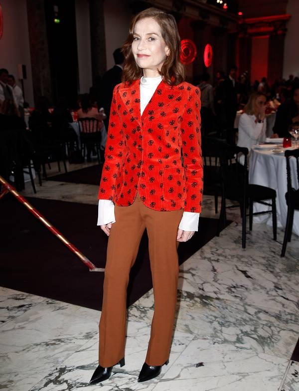Изабель Юппер в красном блейзере и коричневых брюках