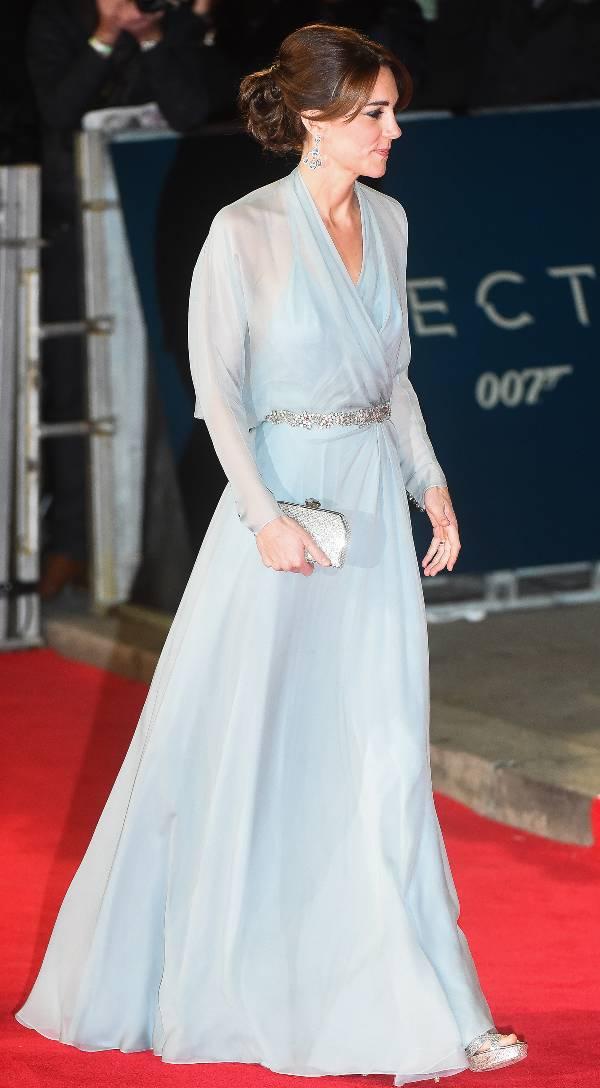 Кейт Миддлтон в легком голубом платье макси