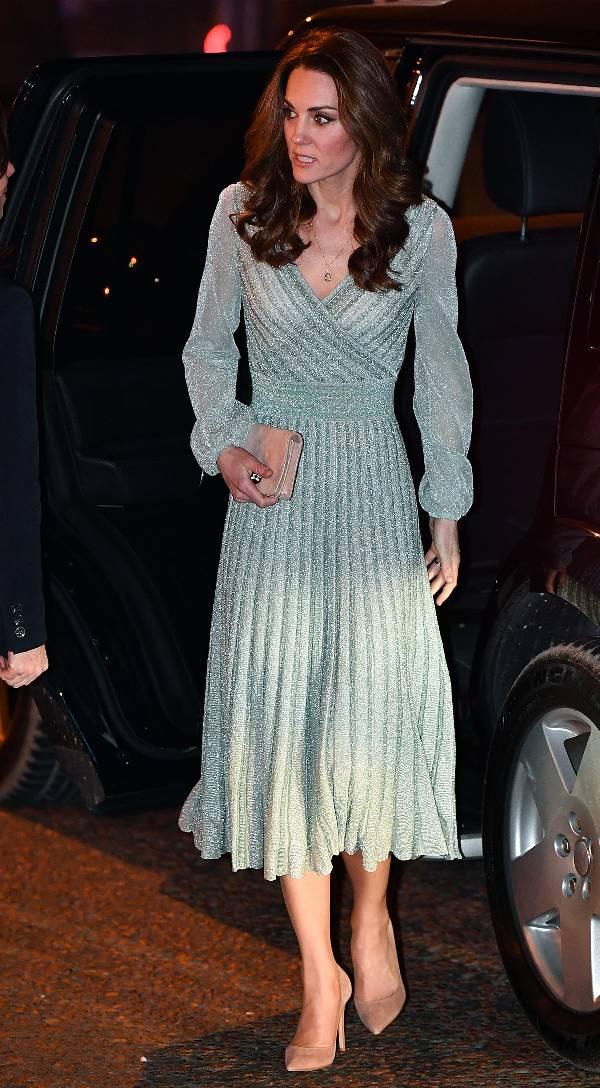 Кейт Миддлтон в серебристом платье с блестками и бежевые туфли