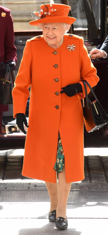 Королева Елизавета в оранжевом пальто и шляпке