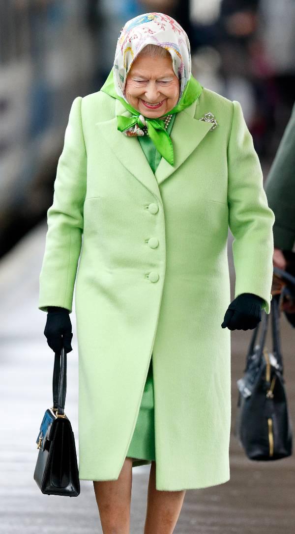 Королева Елизавета в светло зеленом пальто и платок