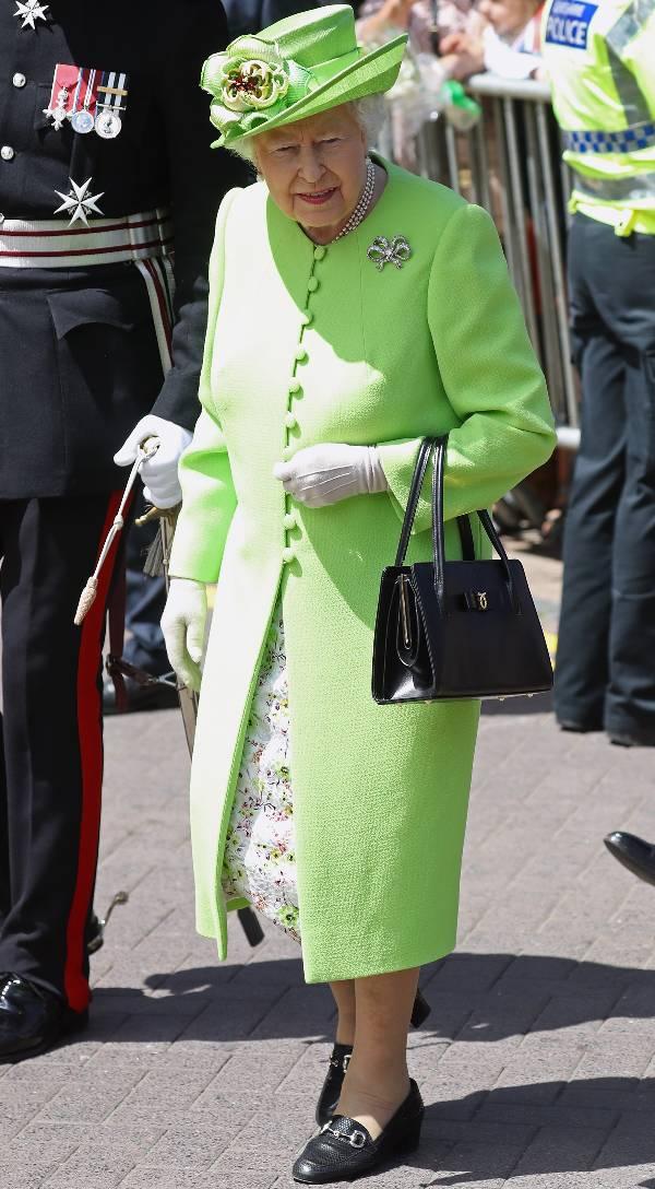 Королева Елизавета в зеленом пальто и шляпе, черные туфли и сумочка