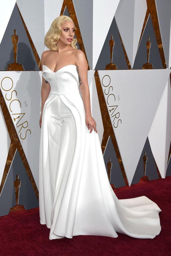 Леди Гага в белом комбинезоне со шлейфом
