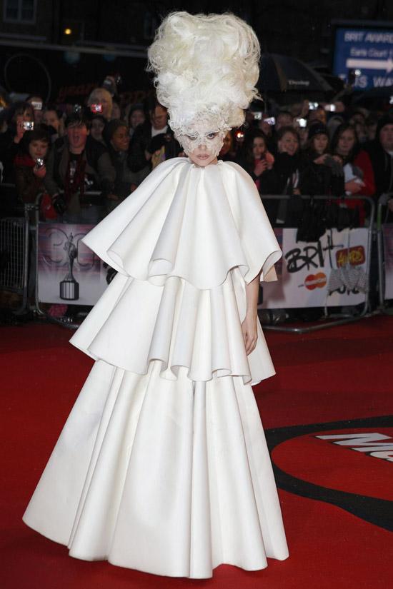 Леди Гага в белом многоярусном платье
