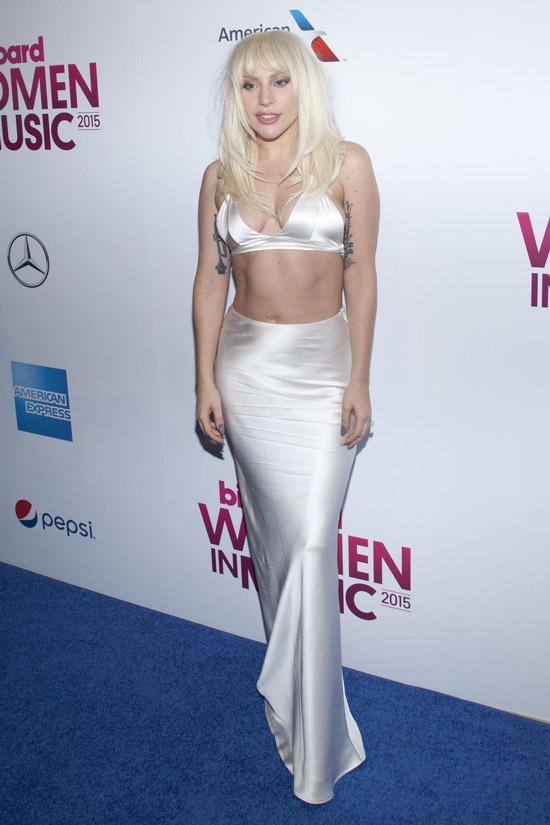 Леди Гага в белой шелковой юбке в пол и бюстгалтере