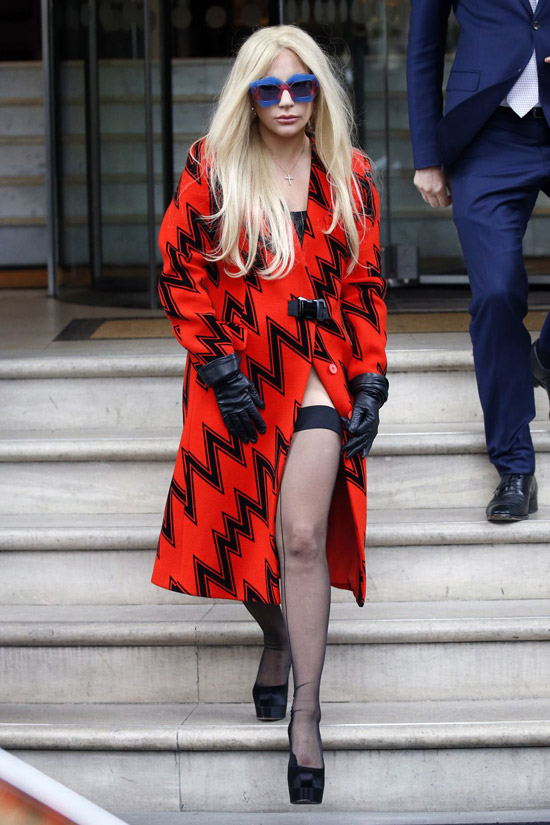 Леди Гага в черно-красном пальто с вырезом и черных туфлях