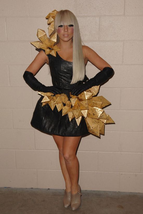 Леди Гага в черном мини платье на одно плечо и перчатки