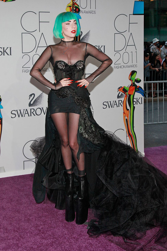 Леди Гага в черном мини платье со шлейфом и ботильонах на патформе