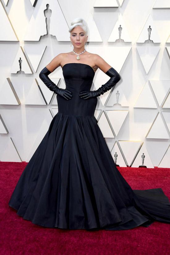 Леди Гага в черном вечернем платье и перчатках