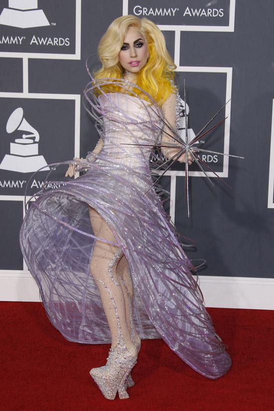 Леди Гага в фиолетовом платье с кольцами и необычную туфли со стразами