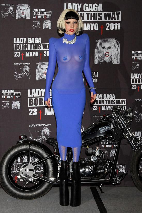 Леди Гага в голубом прозрачном платье и ботильонах на платформе