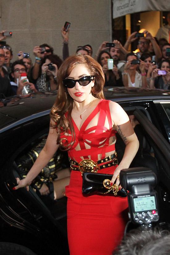 Леди Гага в необчном красном облегающем платье с ремнем
