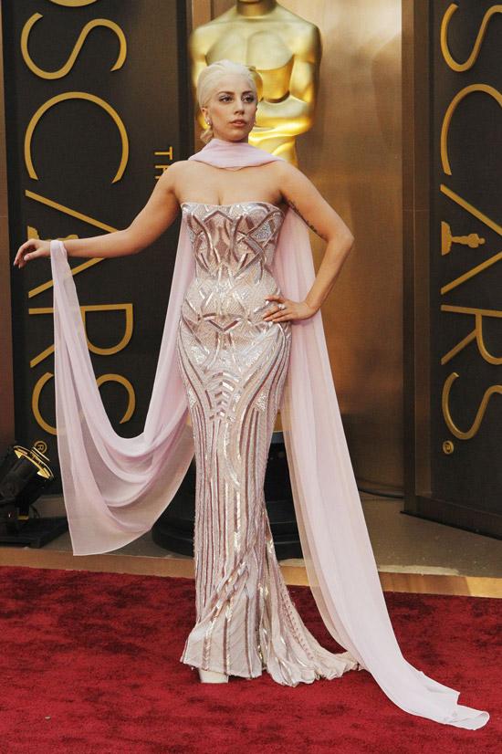 Леди Гага в розовом платье бюстье с шарфом