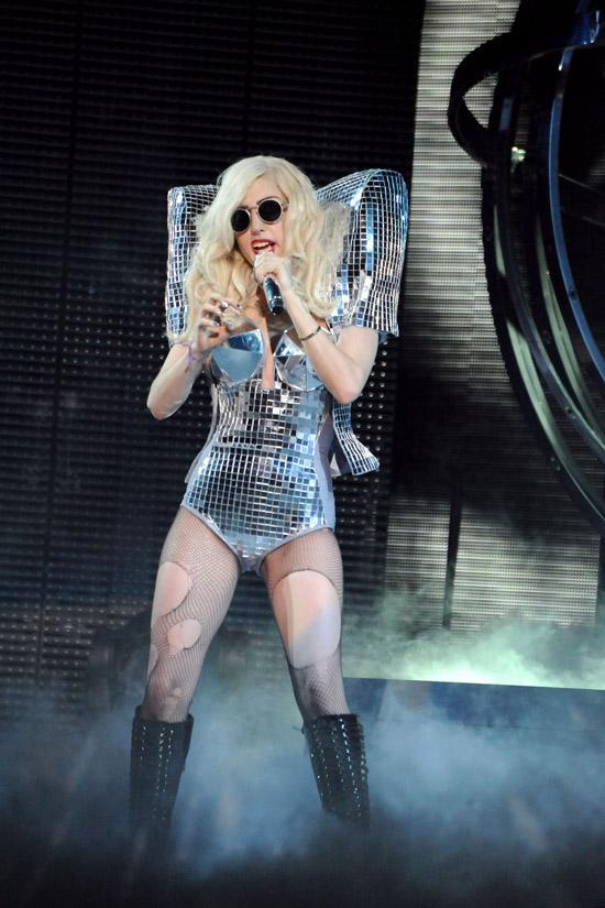 Леди Гага в серебристом боди и черных сапогах