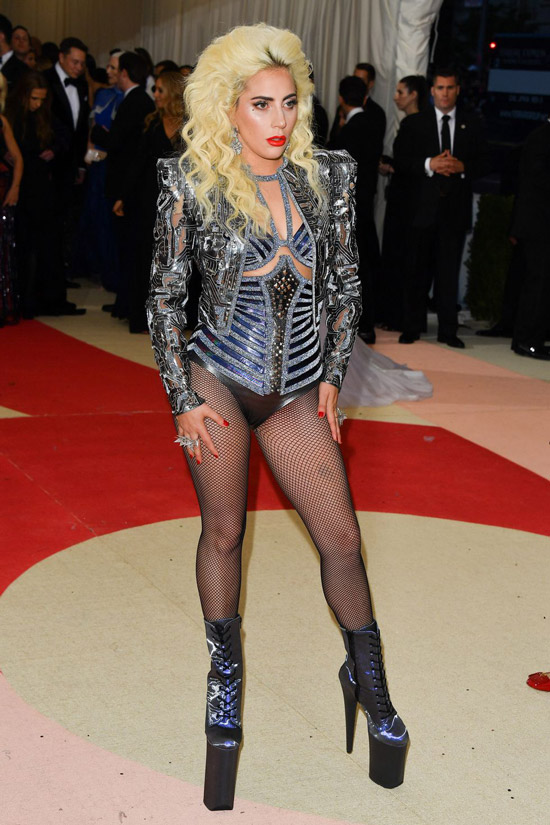 Леди Гага в серебристом боди и укороченной куртке, ботинки на шнуровке