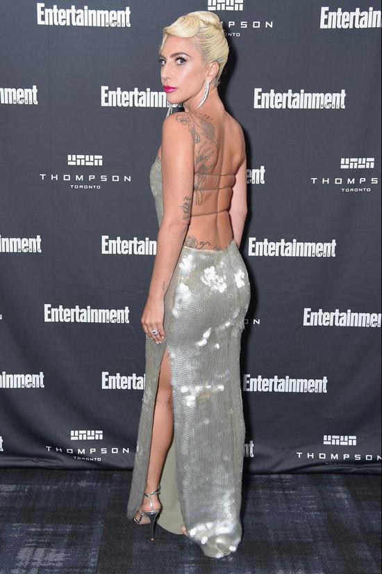 Леди Гага в серебристом платье с открытой спиной