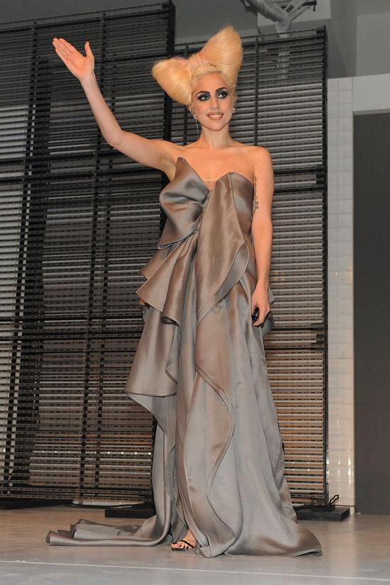 Леди Гага в шелком платье в пол